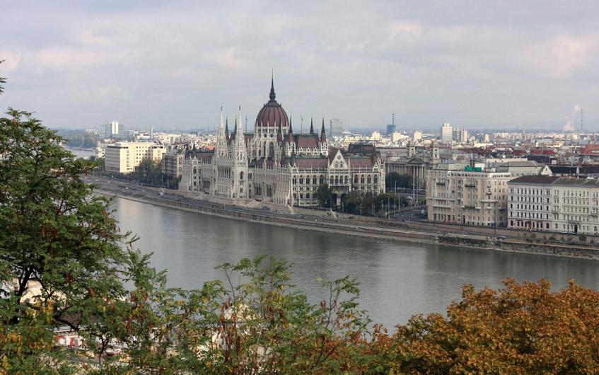 Blick auf Pest und das Parlamentsgebäude.