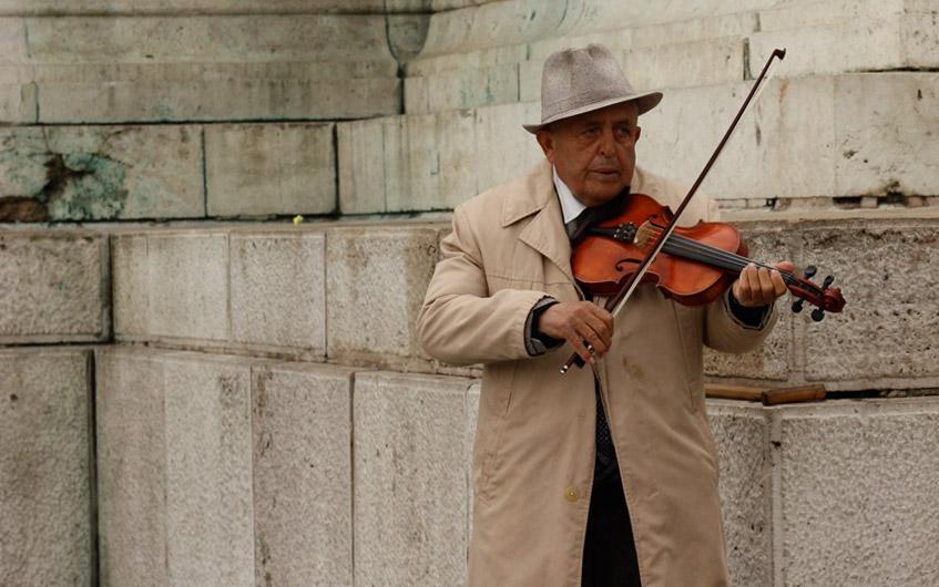 Gulasch, Kälte, alte Männer mit Geigen.