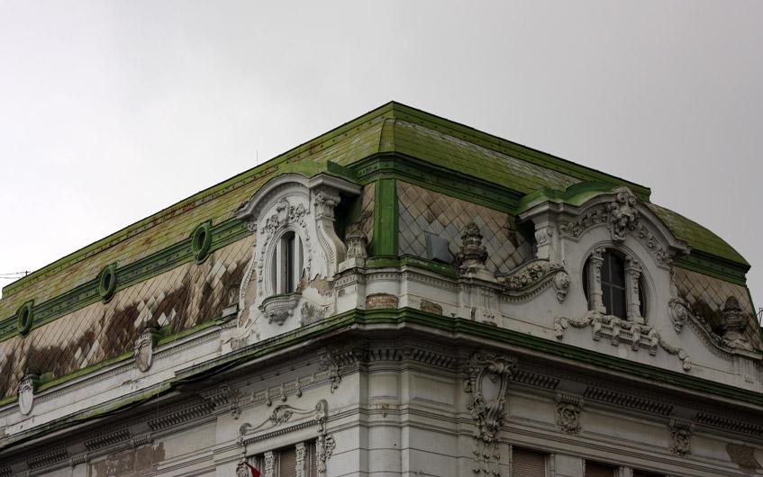 Fantastische Fassade in bröckelndem Zustand.