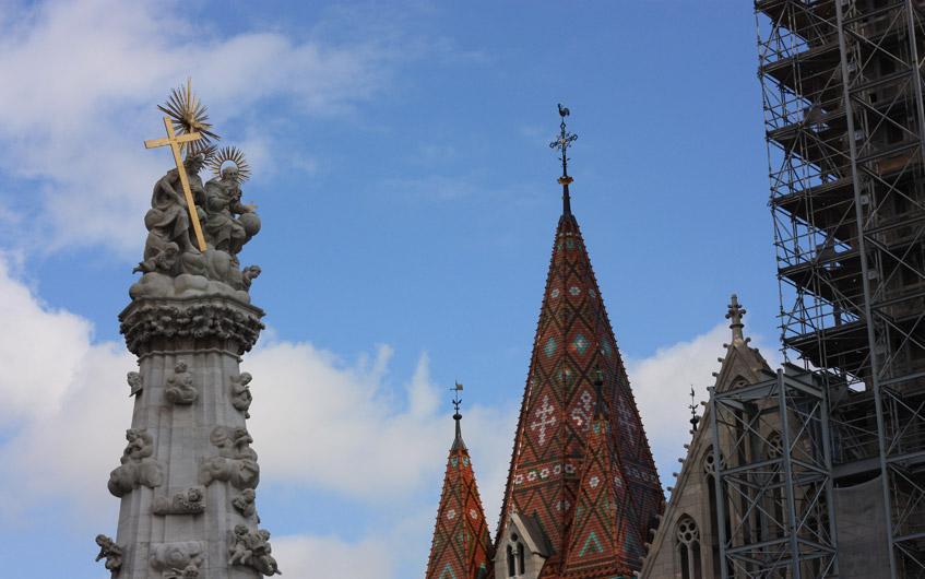 Die Matthiaskirche ragt bunt in den Himmel.