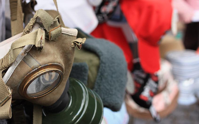 Beliebt an den Souvenirständen: Postkarten, Anhänger, Gasmasken.