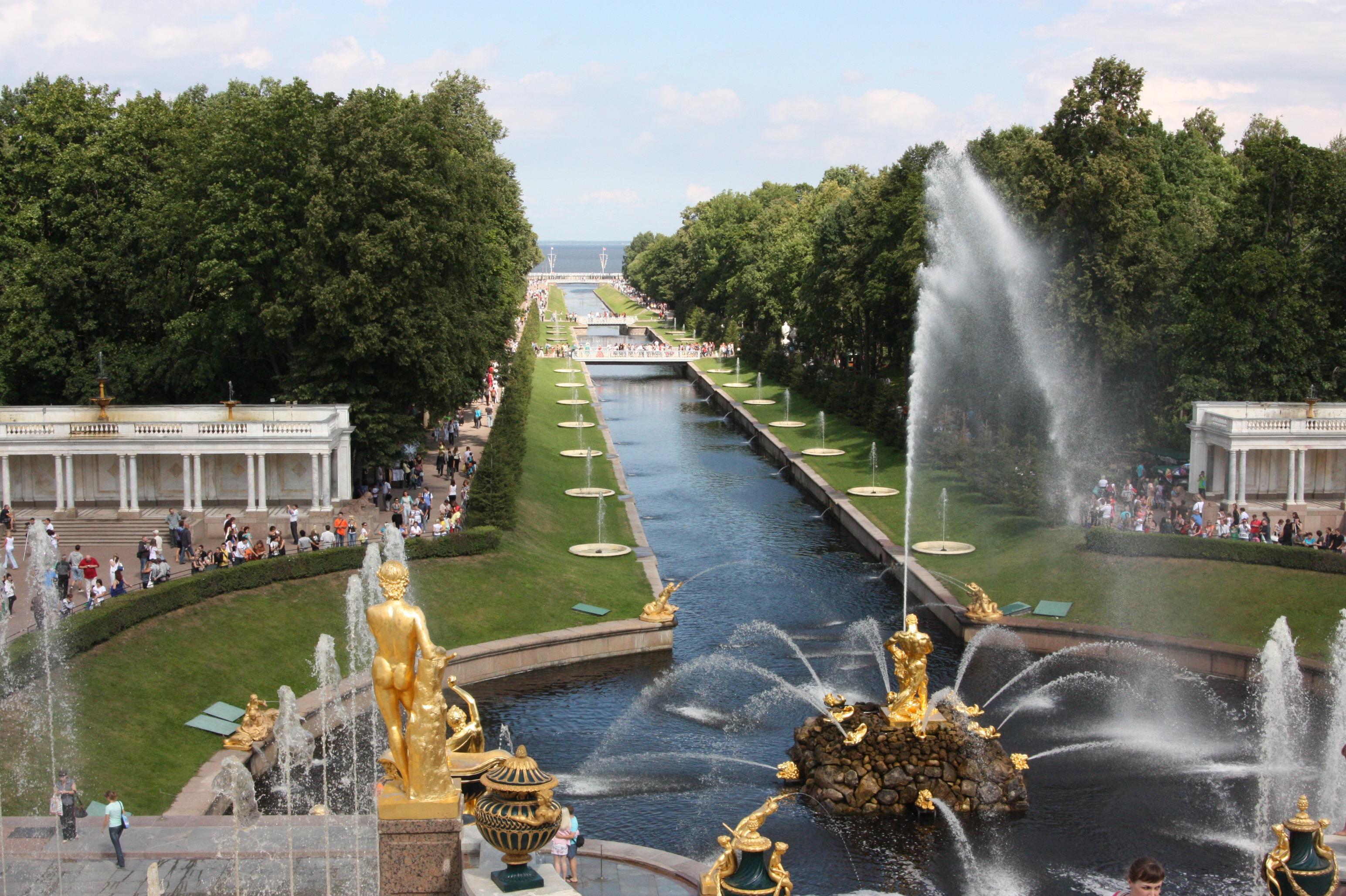 Die berühmte Gartenanlage im Schloss Peterhof.