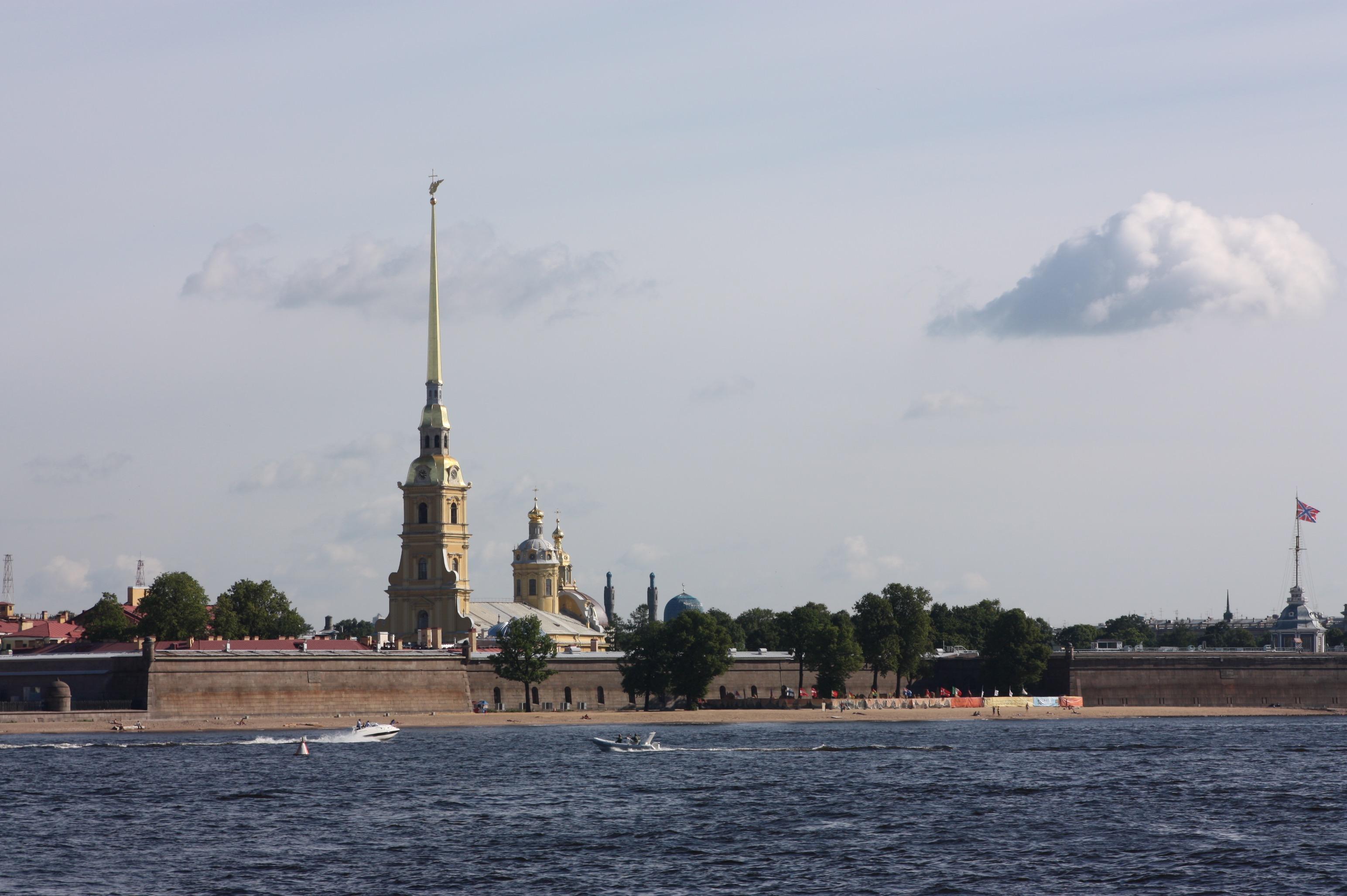Die Peter-und-Paul-Kathedrale hat eine ganz schön spitze Spitze.