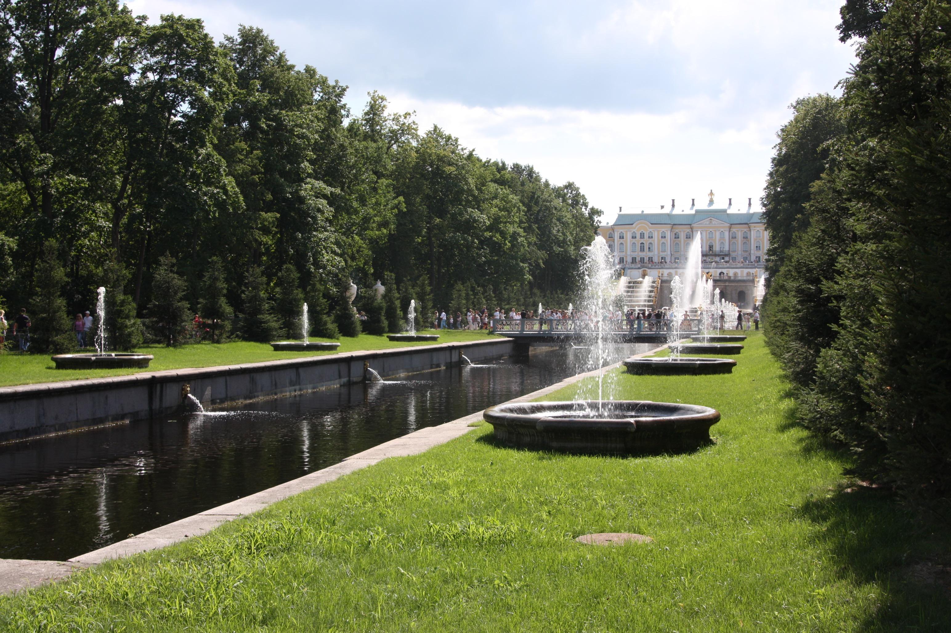 Wasserspiele und Kaiserwetter in den Peterhofgärten.