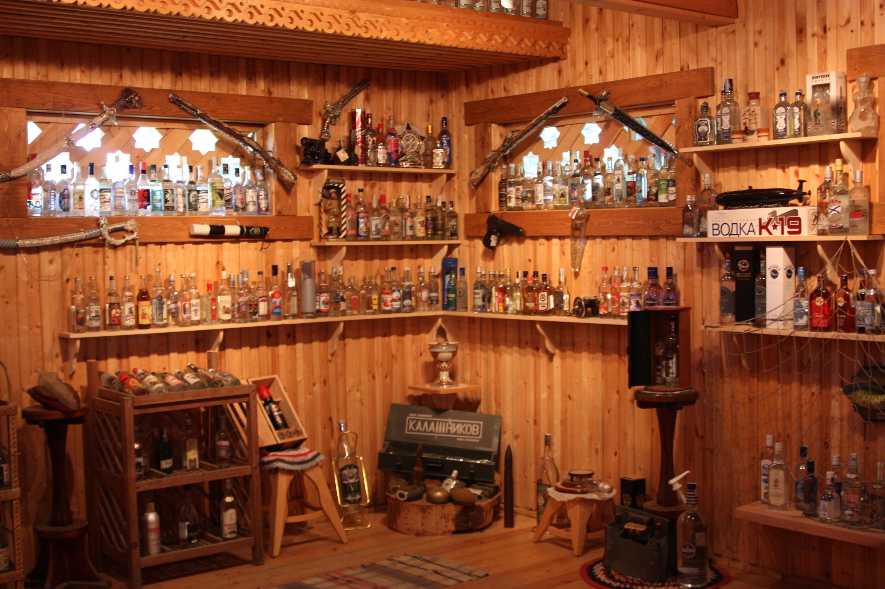Das Wodkamuseum in Werchnije Mandrogi. Bild unscharf; Foto auf.