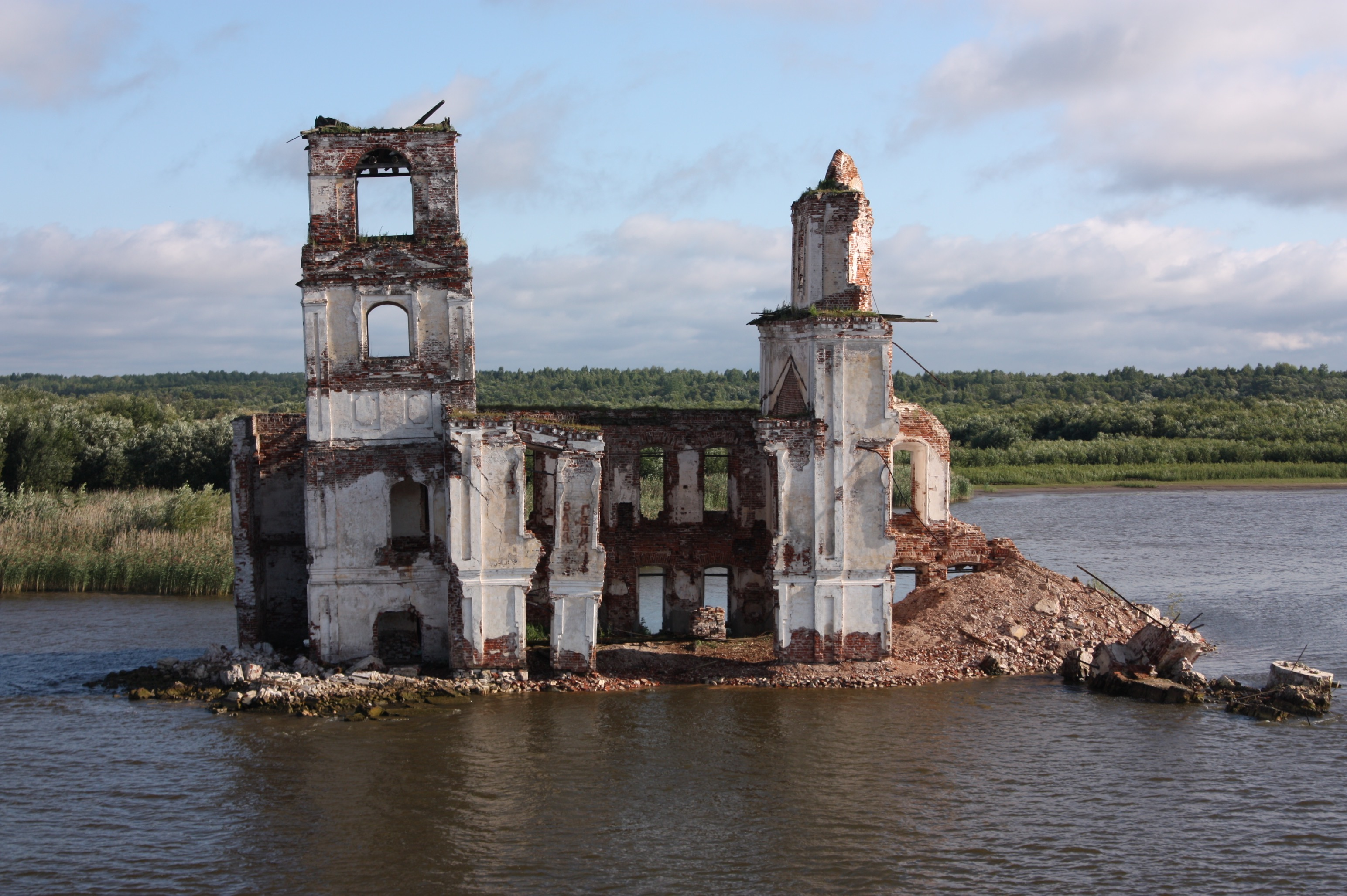 Kirchenruine im Fluss Scheksna.