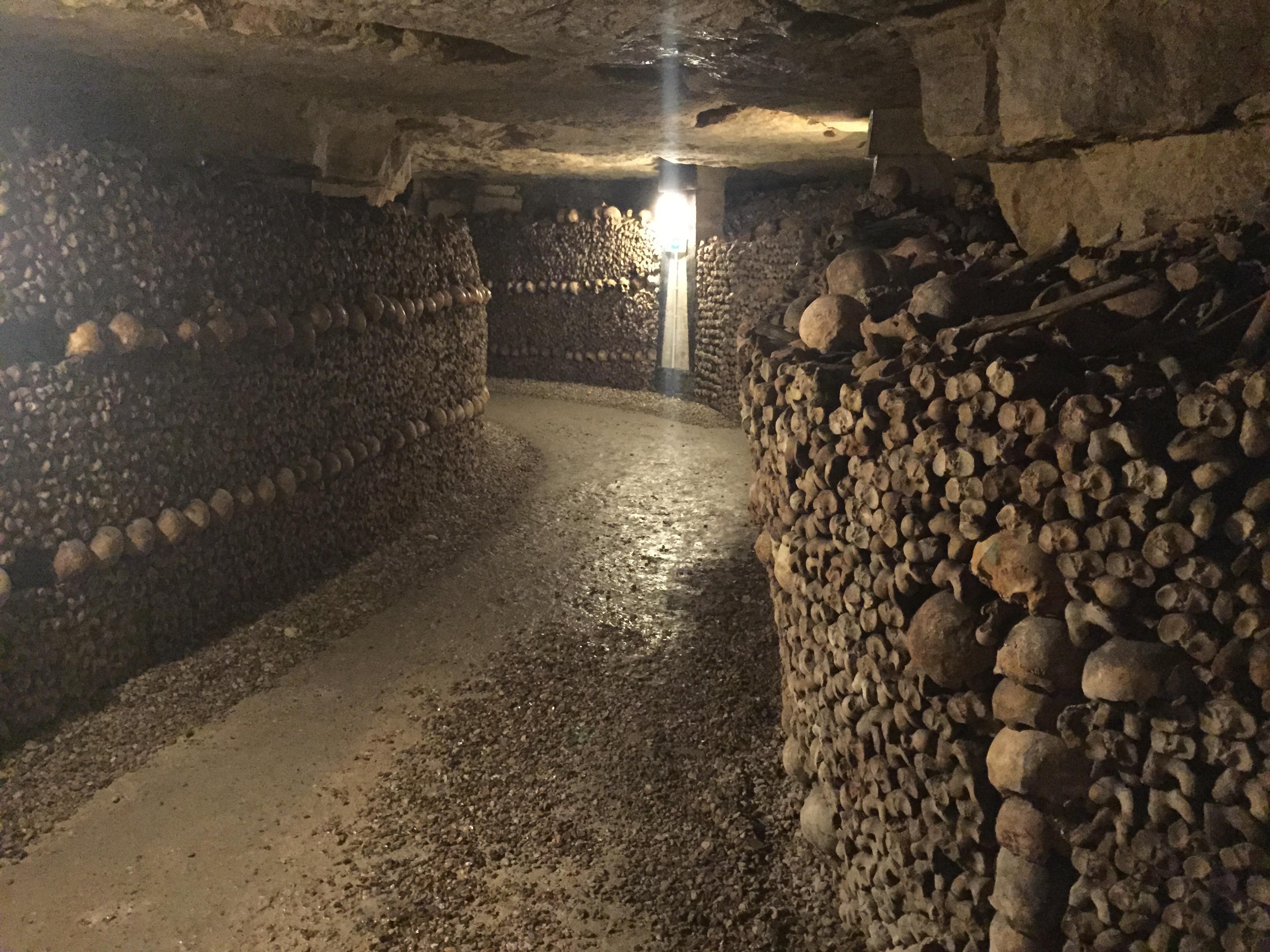 Die Pariser Katakomben sind eine der kuriosesten Touristenattraktionen. Hunderttausende Gebeine lagern hier.