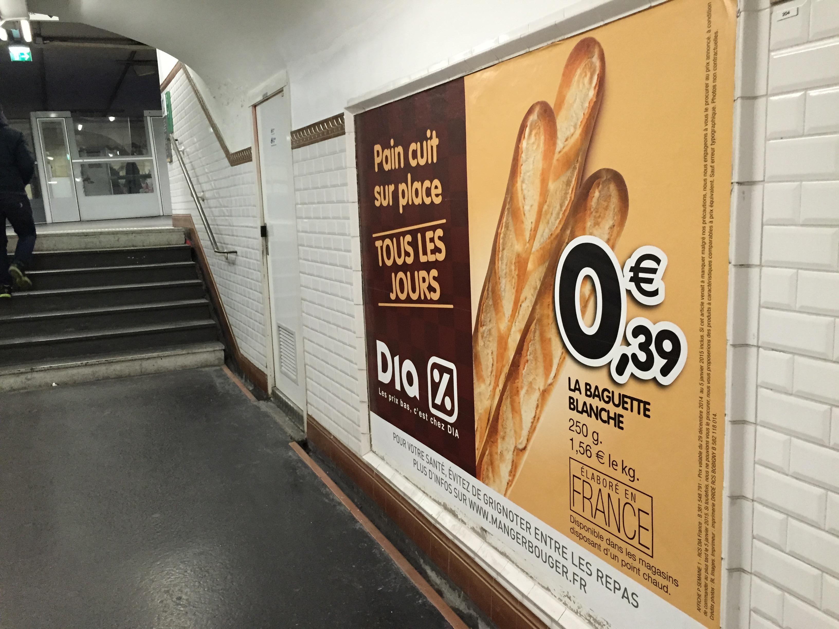 Alle Klischees erfüllt: Plakatwerbung für Baguette.