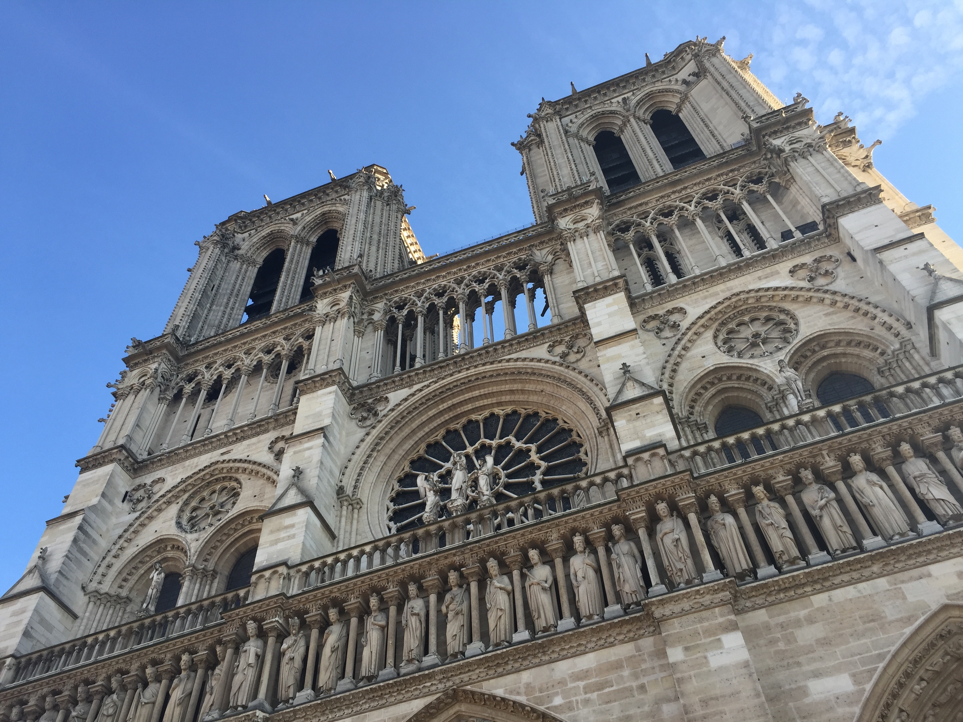 Notre Dame im Sonnenschein.