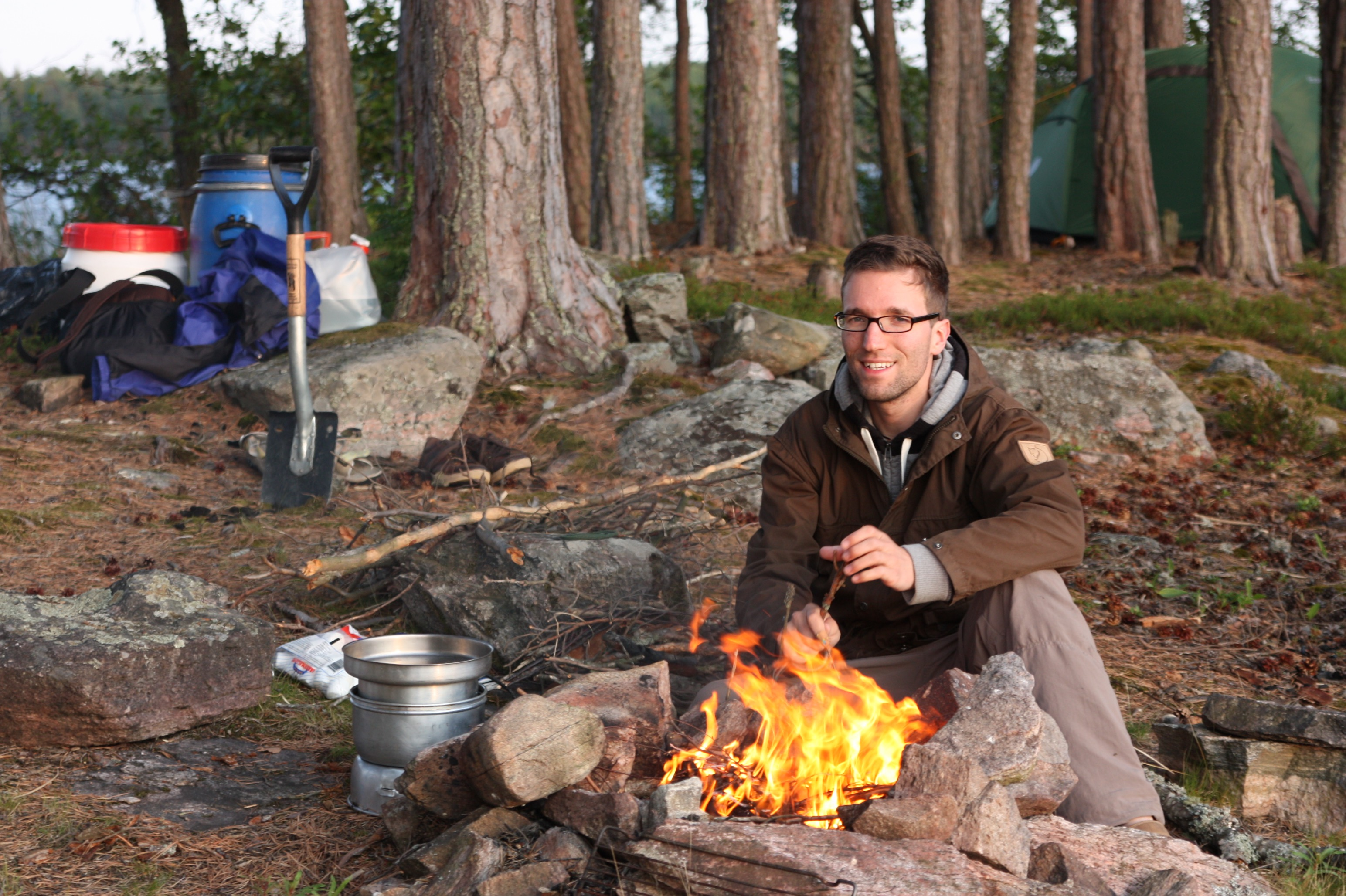 Lagerfeuer und Marshmallows auf einer winzigen Insel.